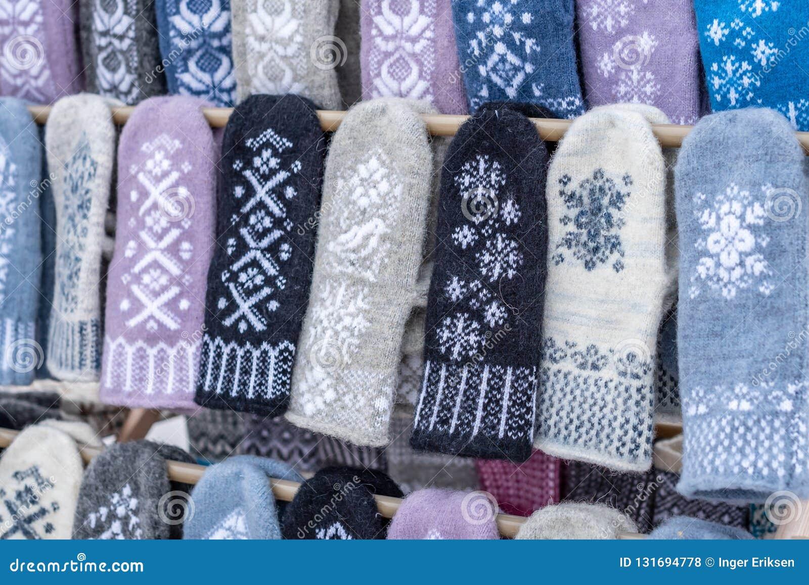 Eigengemaakte vuisthandschoenen met het patroon van het sneeuwkristal