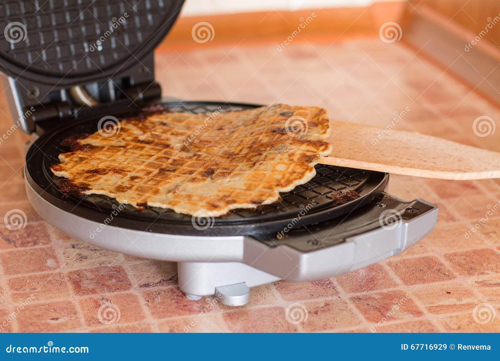 Eigengemaakte wafels met gebraden uien, champignons en kaas
