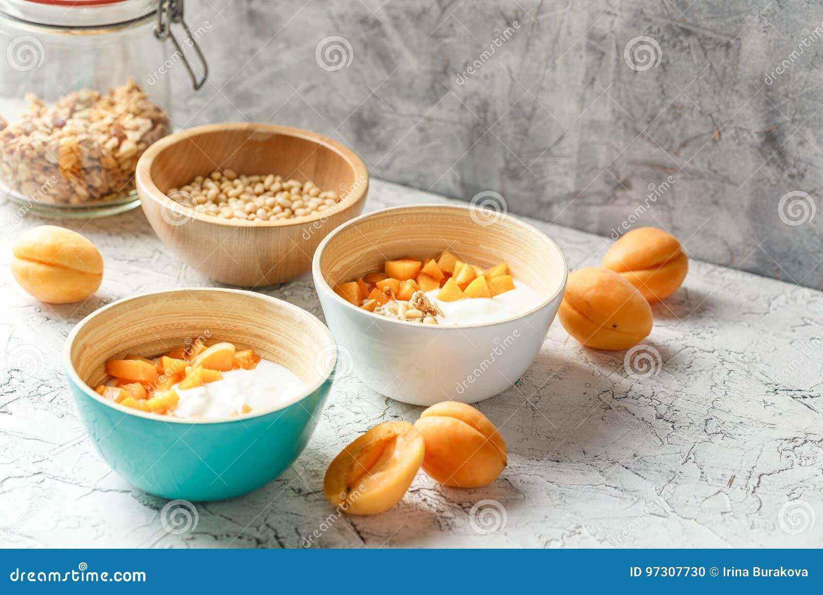 Eigengemaakte yoghurt met granola, abrikozen en pijnboomnoten