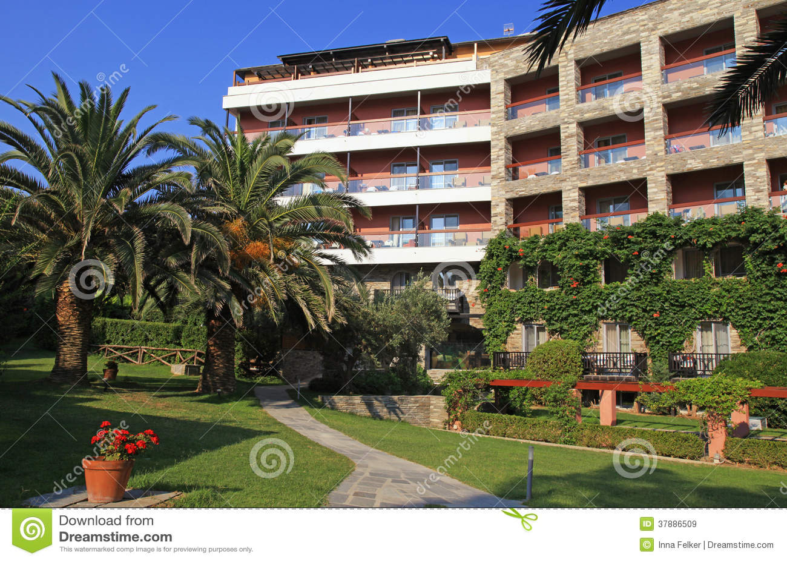 Eigentijds hotel, tuin en blauwe hemel (Griekenland)
