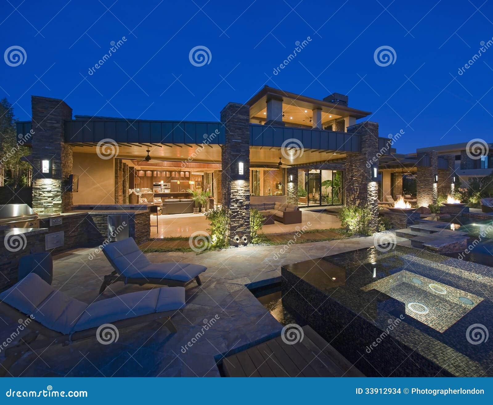 Eigentijds huis met duikpool stock afbeeldingen afbeelding 33912934 - Exterieur ingang eigentijds huis ...