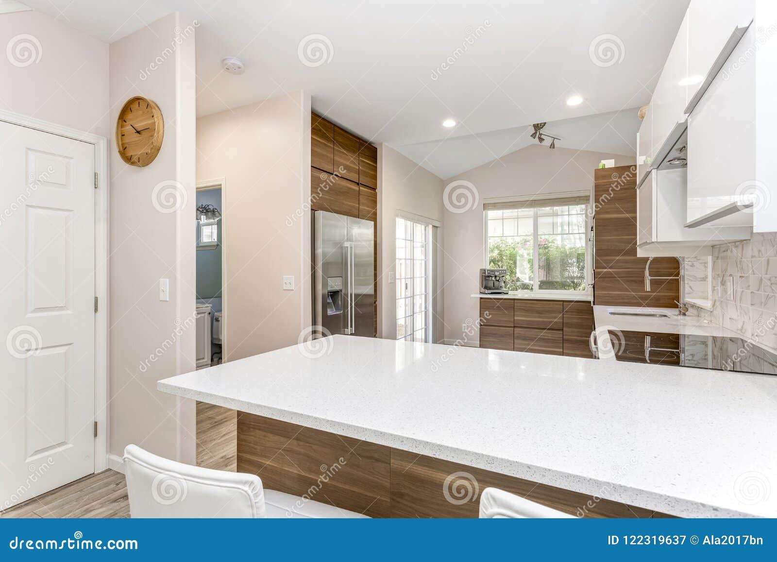 Eigentijds keukenontwerp in een geremodelleerd huis stock afbeelding