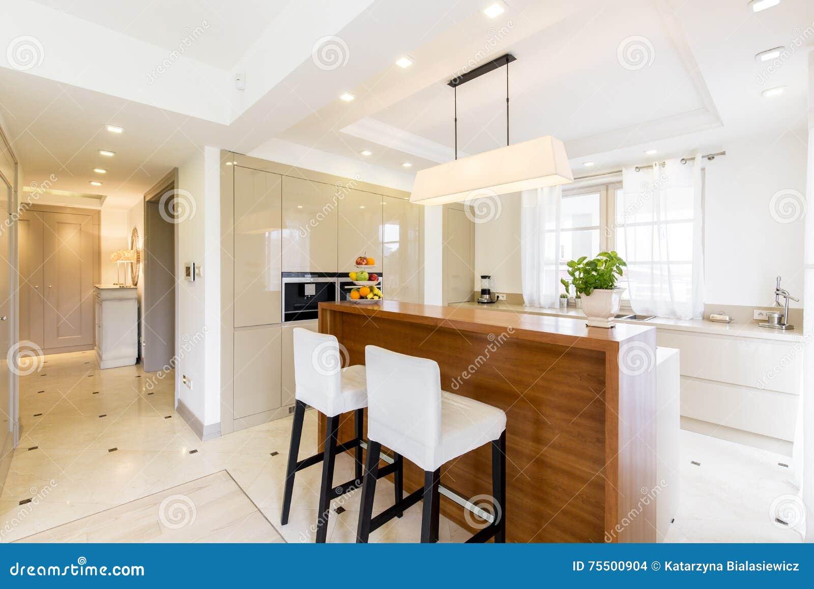 Eigentijds luxueus keukenontwerp in heldere kleuren stock foto