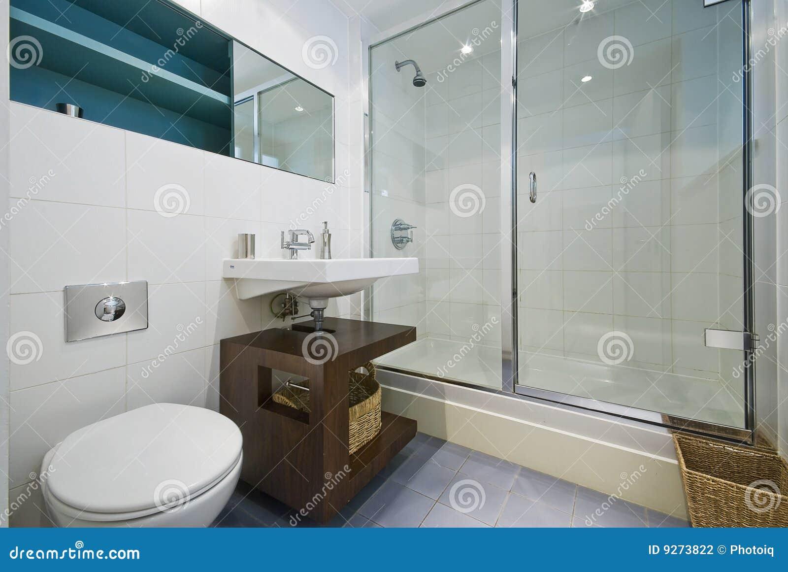 eigentijdse badkamers met hoekdouche stock fotografie afbeelding 9273822
