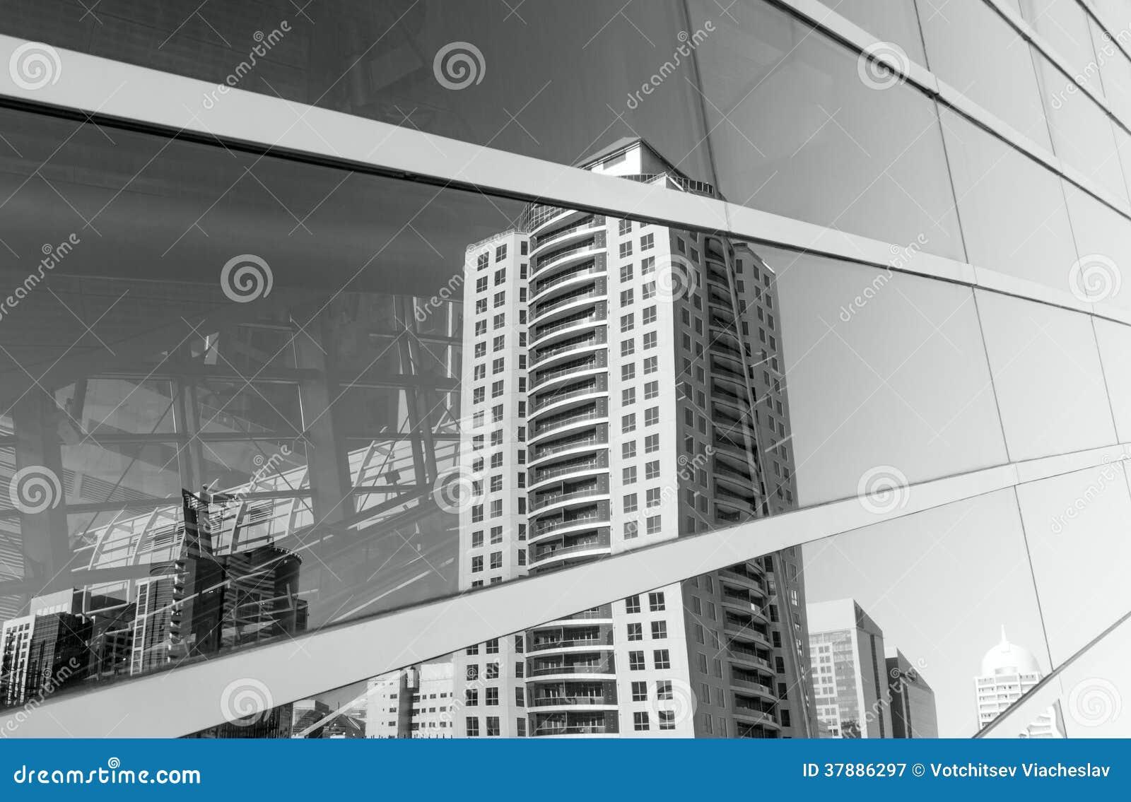 Eigentijdse de bouwwolkenkrabbers bij vensterglas