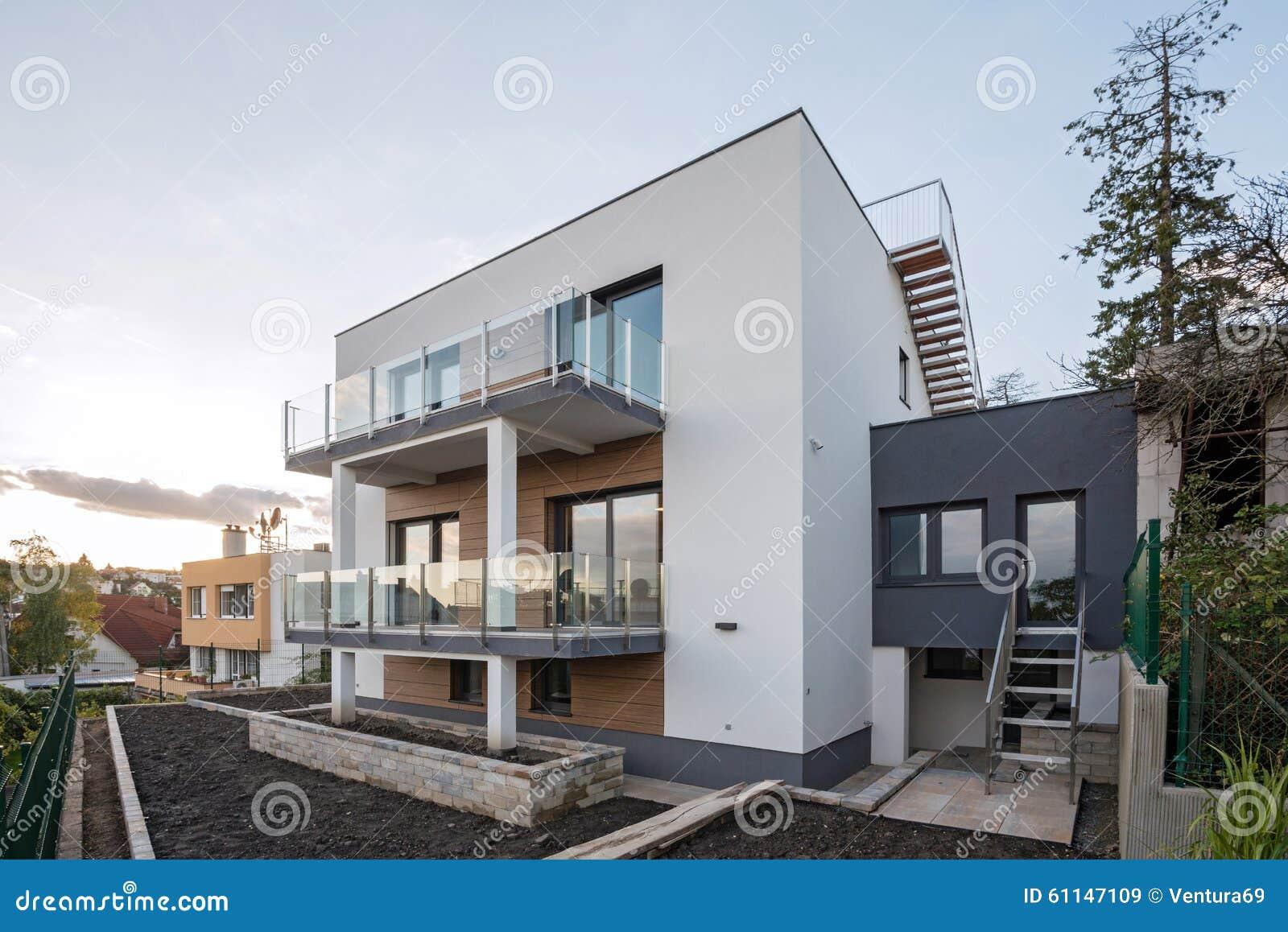 Eigentijdse huisbuitenkant stock afbeelding afbeelding bestaande