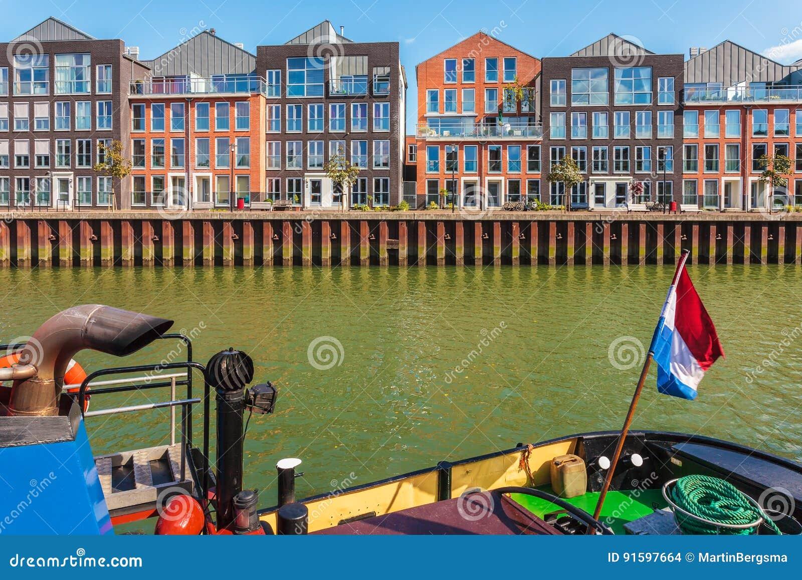 Eigentijdse huizen in dordrecht nederland stock foto afbeelding