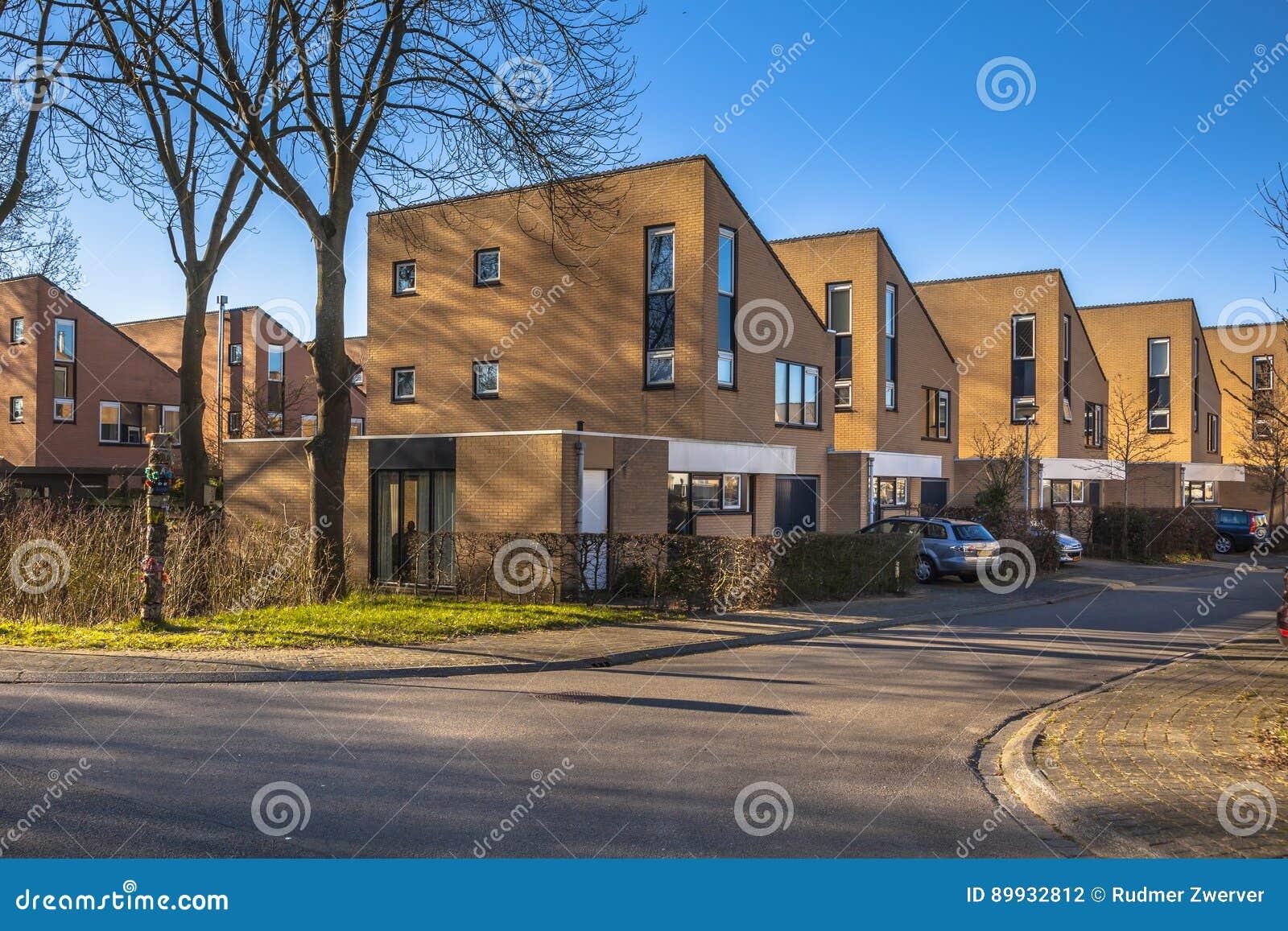 Eigentijdse huizen in een vriendschappelijke buurt redactionele