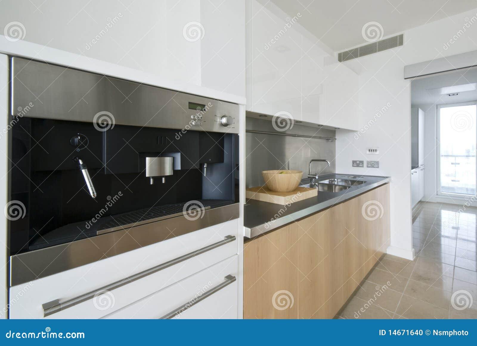 Koffiemachine De Keuken : Eigentijdse keuken met gebouwd in koffiemachine stock foto
