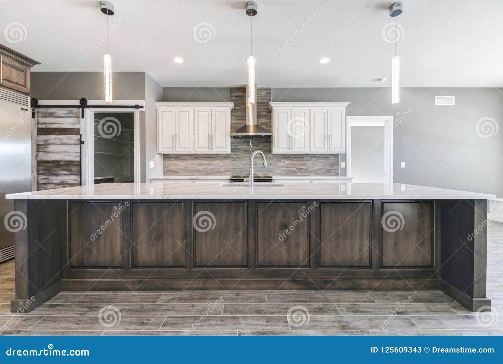 Eigentijdse keuken met groot eiland stock afbeelding afbeelding