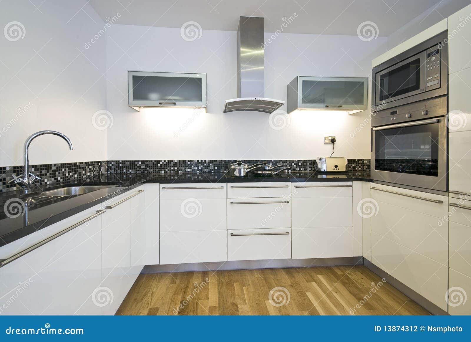 Eigentijdse keuken met moderne toestellen stock foto afbeelding 13874312 - Foto eigentijdse keuken ...