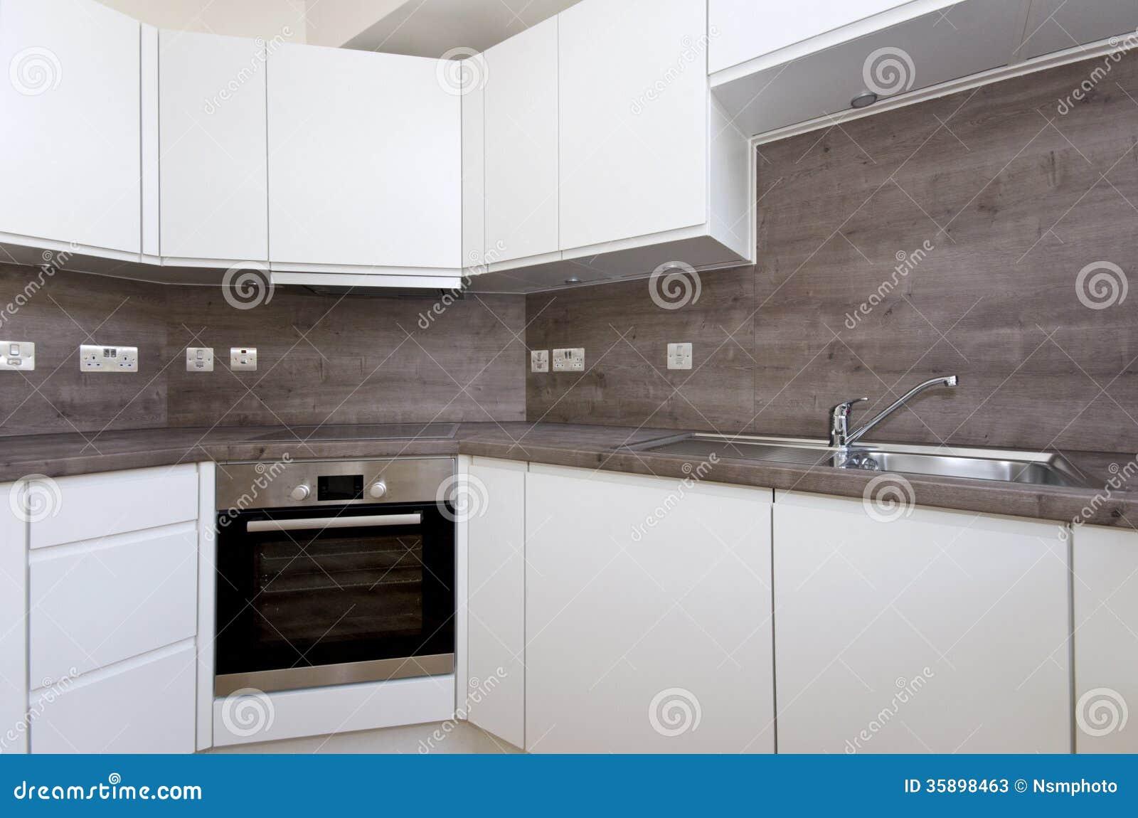 Eigentijdse keuken met natuursteen worktop en tegels in whi stock ...