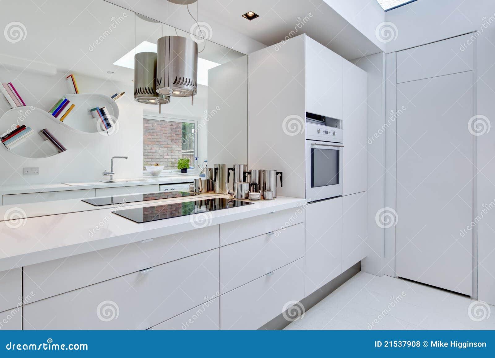 Eigentijdse minimalistische keuken royalty vrije stock foto 39 s afbeelding 21537908 - Eigentijdse keuken grijs ...