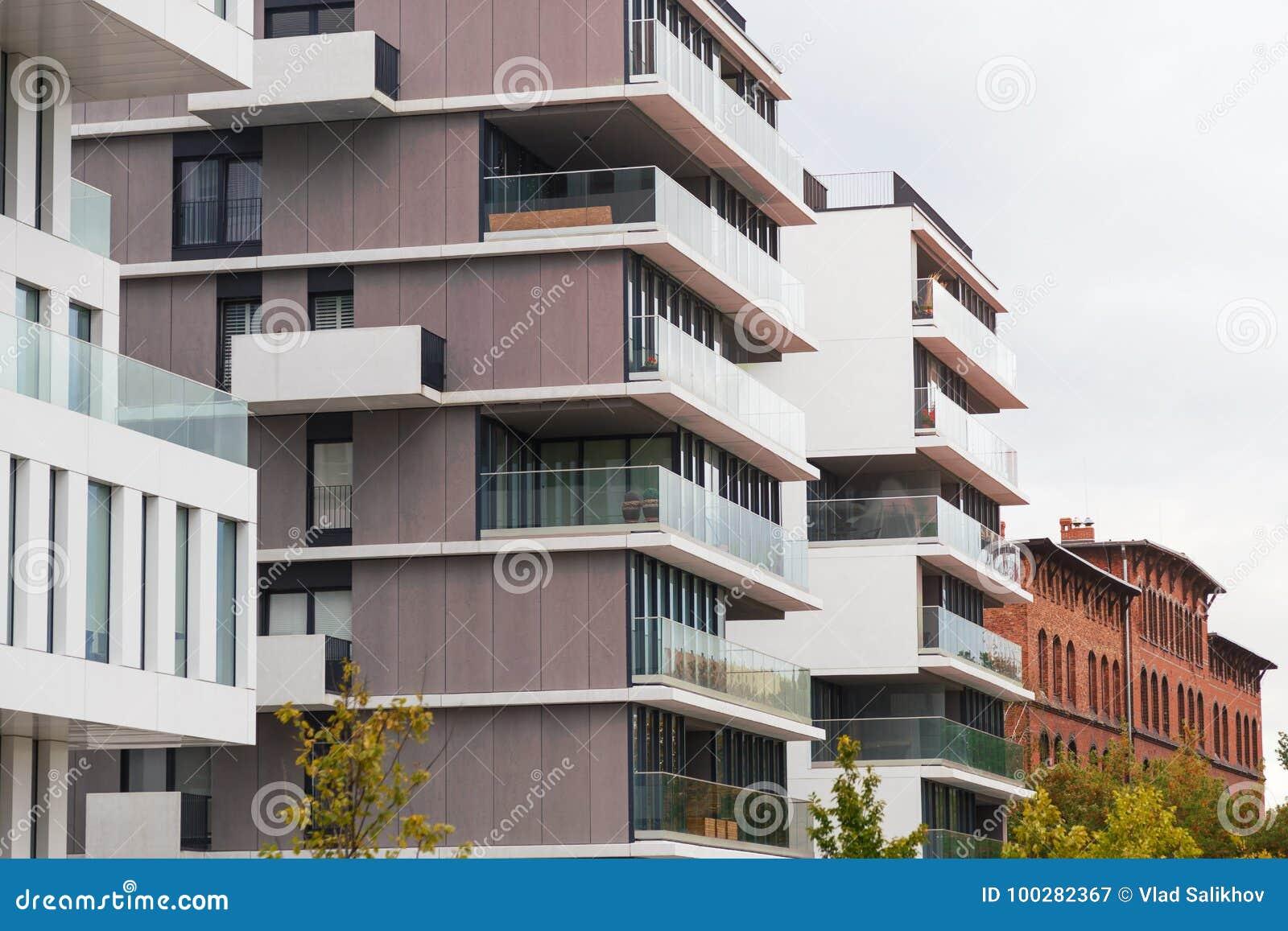 Eigentijdse ontwerp het leven huizen moderne luxeflatgebouwen stock