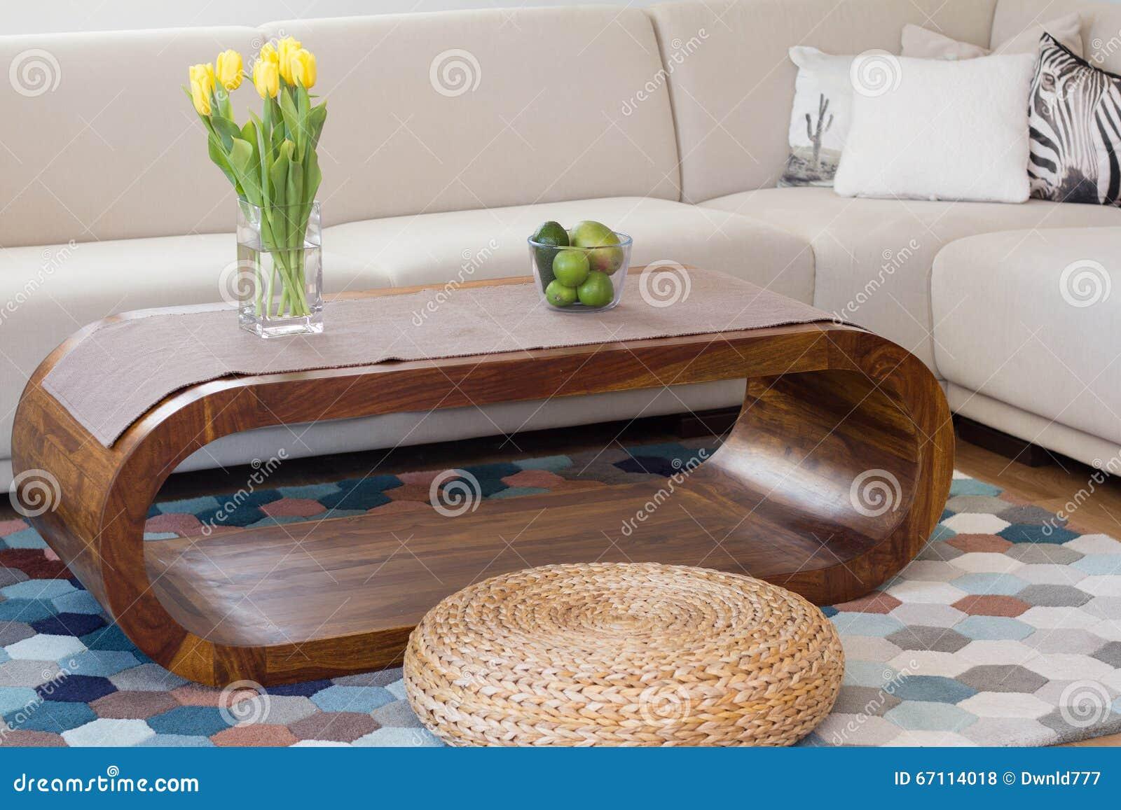 Eigentijdse woonkamer met blauw tapijt stock foto   afbeelding ...