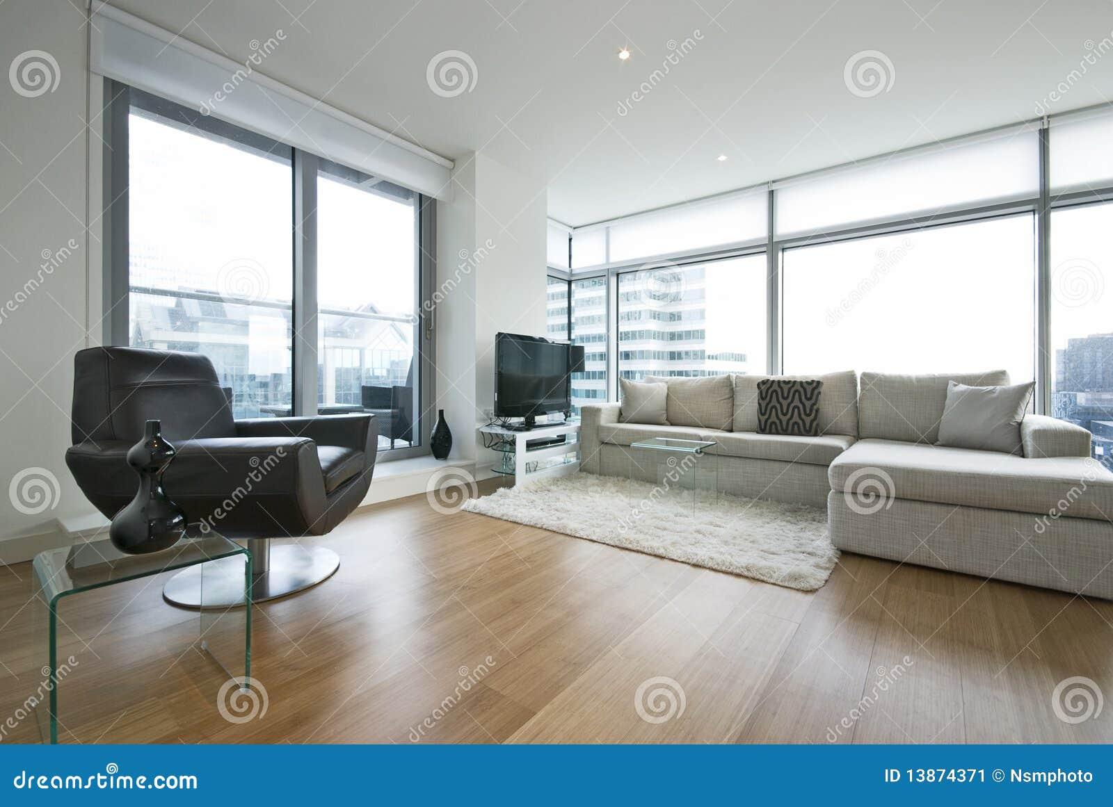 Eigentijdse woonkamer met ontwerpermeubilair stock afbeelding
