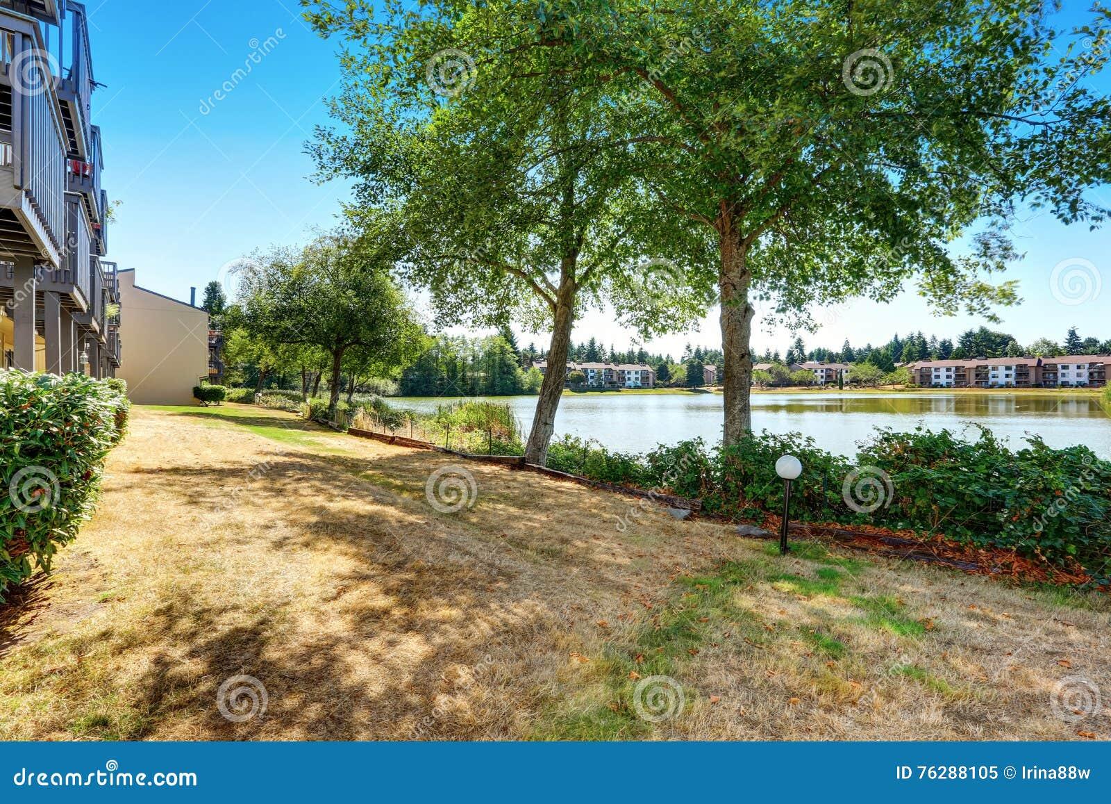 Eigentumswohnungswohnungshäuser, die einen kleinen See übersehen