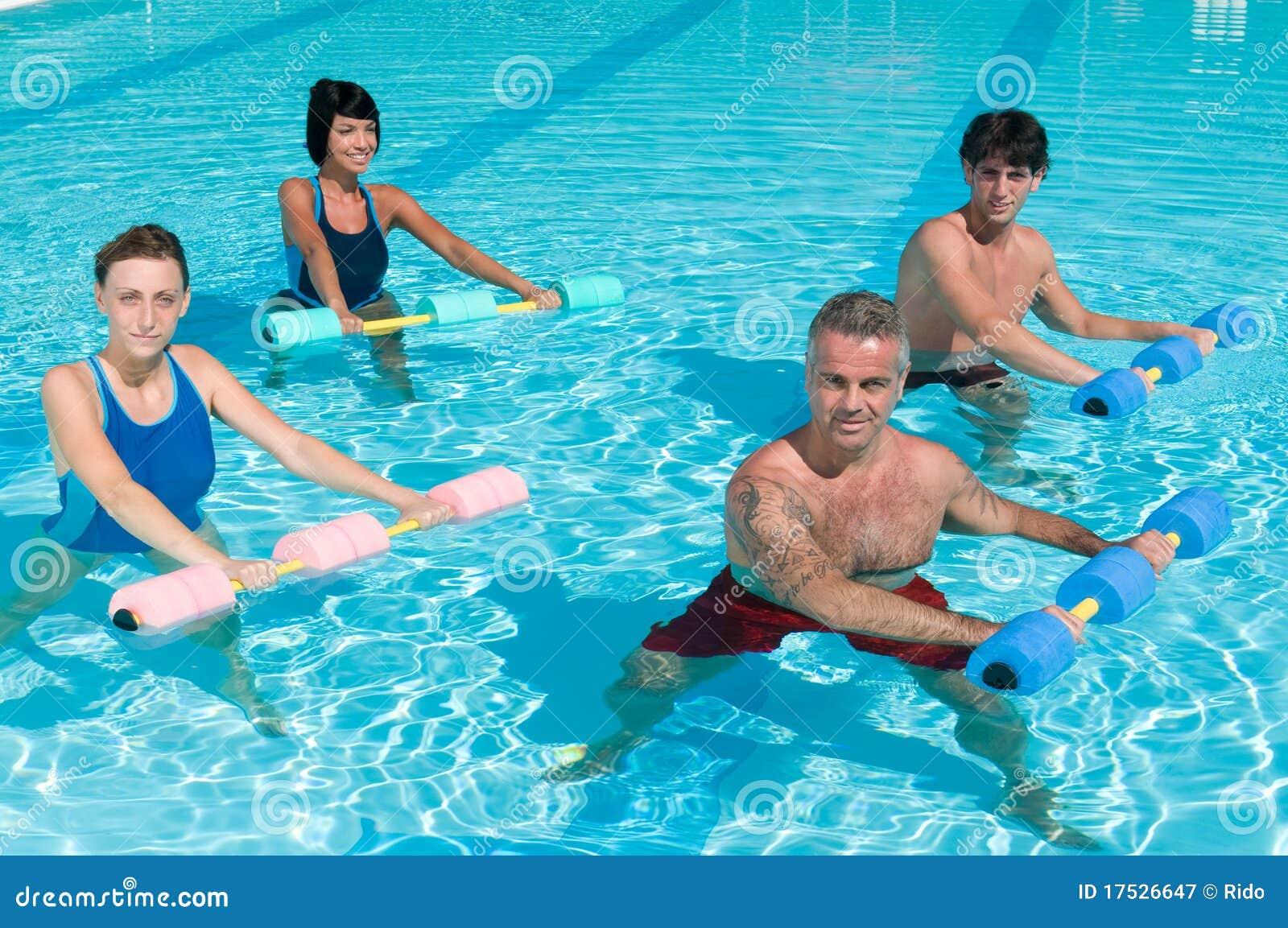 Eignung, die im Swimmingpool trainiert