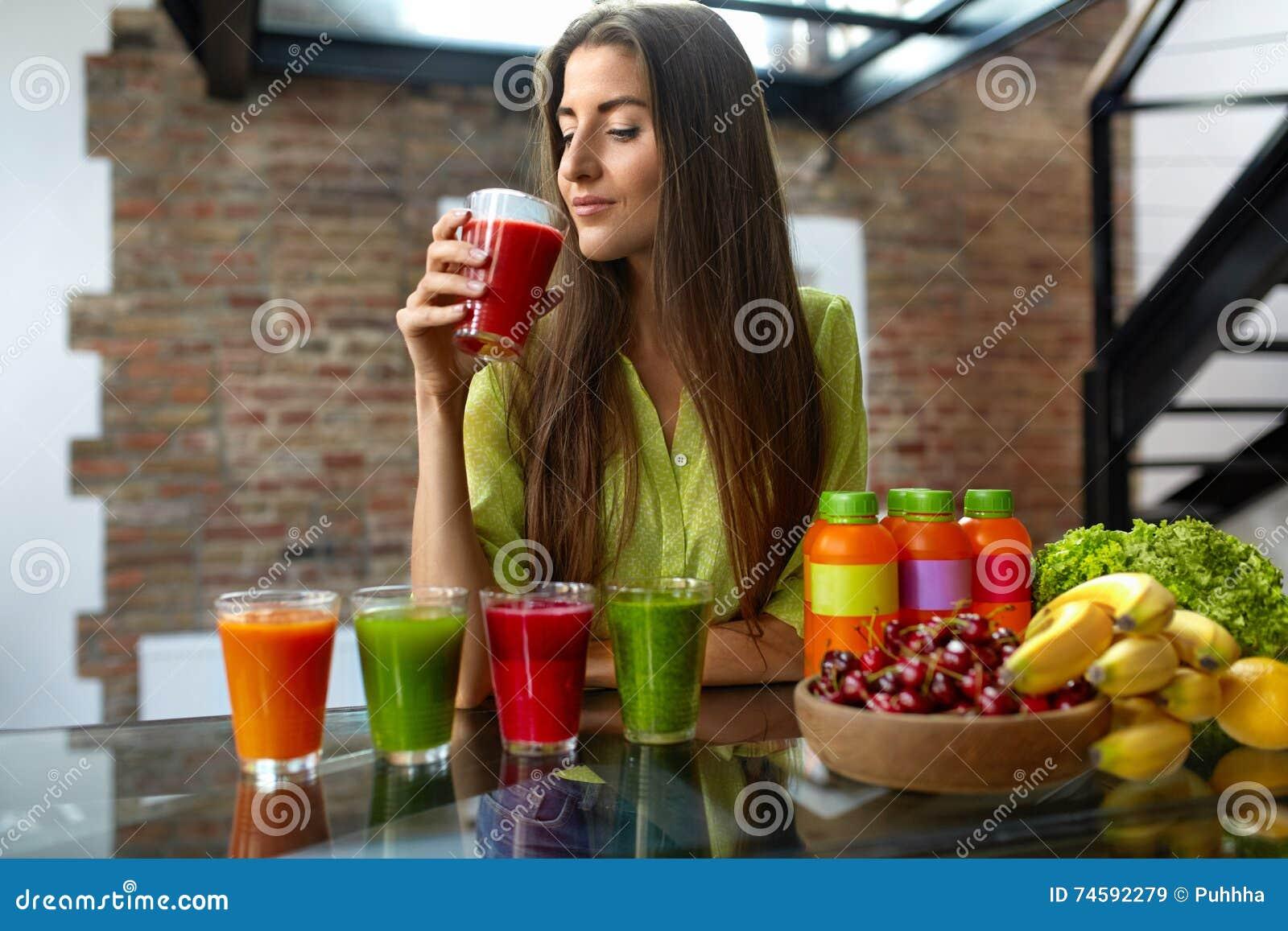 Eignungs-Lebensmittel, Nahrung Frau der gesunden Ernährung trinkender Smoothie