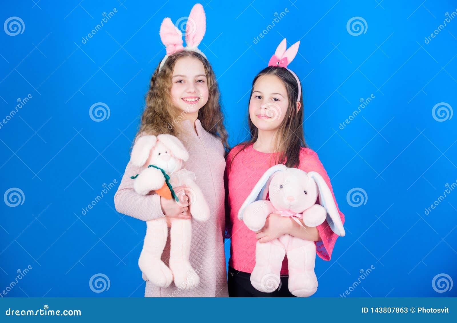 Eilbestimmtheit Kindheitsglück Kinder in den Kaninchenhäschenohren Fröhliche Ostern Frühlingsurlaubsparty Ei-Jagd