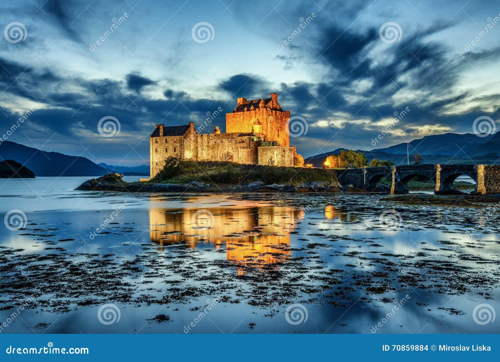 Eilean Donan Castle in Schottland während der blauen Stunde