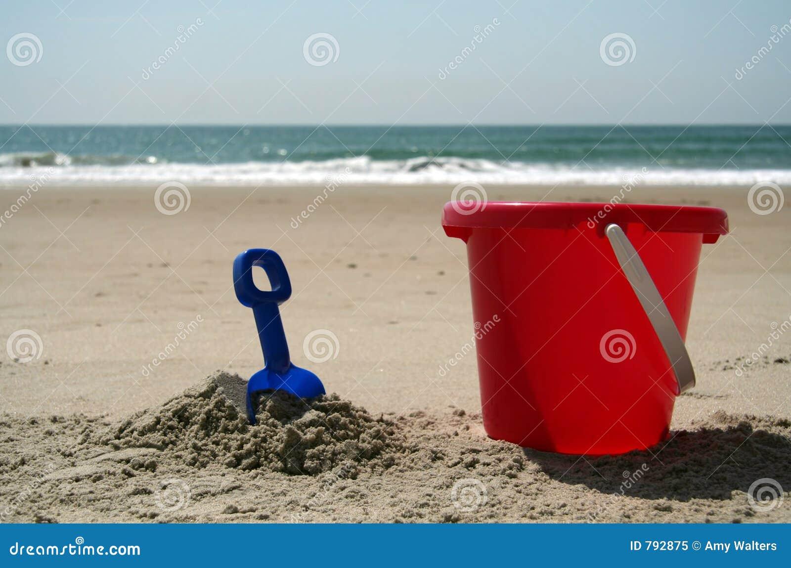 eimer und schaufel am strand stockbild bild von plastik schaufel 792875. Black Bedroom Furniture Sets. Home Design Ideas