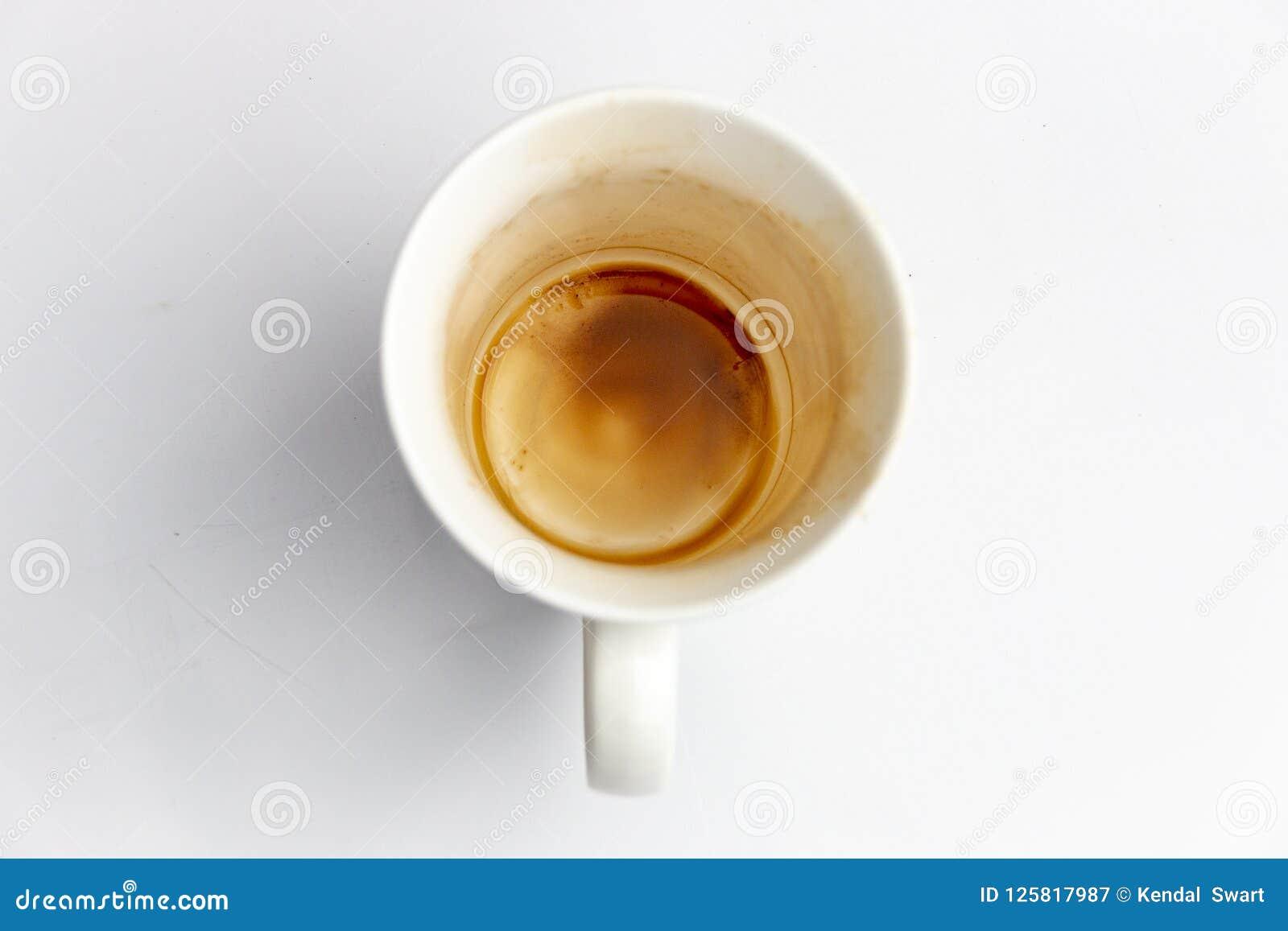 Ein Abschluss oben einer schmutzigen Kaffeetasse