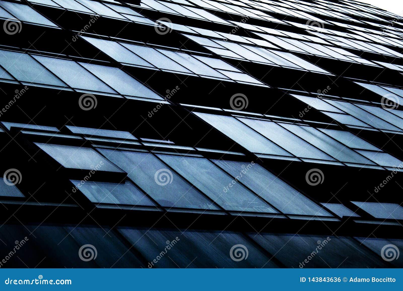 Ein abstrakter Schuss von Kondominiumfenstern und -balkonen