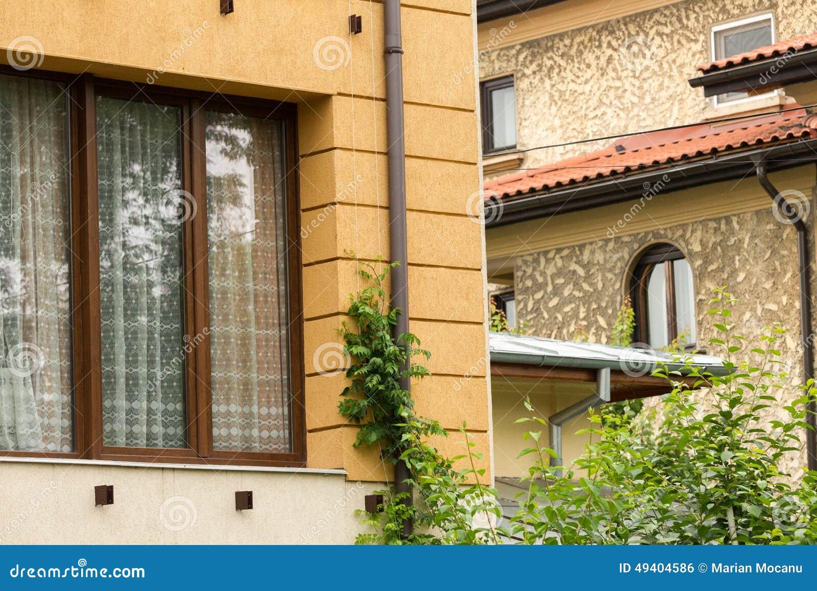 Download Ein Altes Haus Nahe Bei Einem Modernen Gebäude Stockfoto - Bild von aufbau, kunst: 49404586