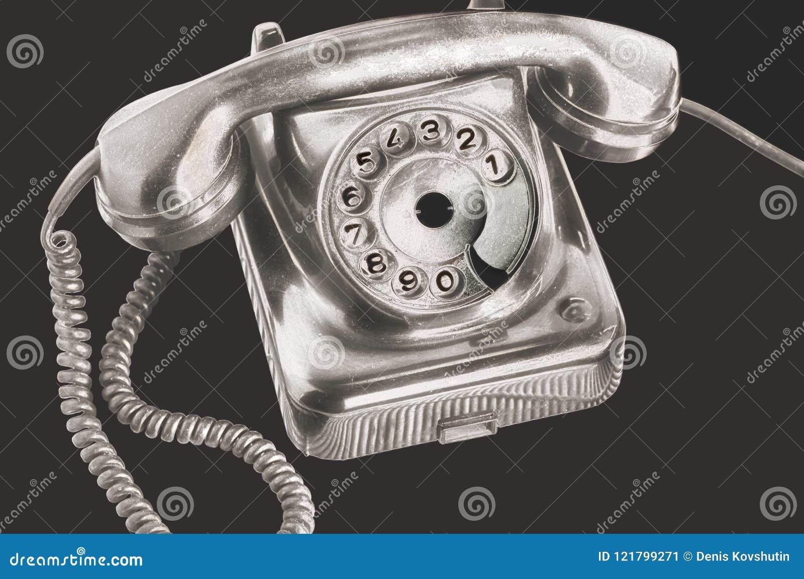 Ein altes silbernes Skalascheibentelefon in der futuristischen Verarbeitung auf lokalisiertem schwarzem Hintergrund