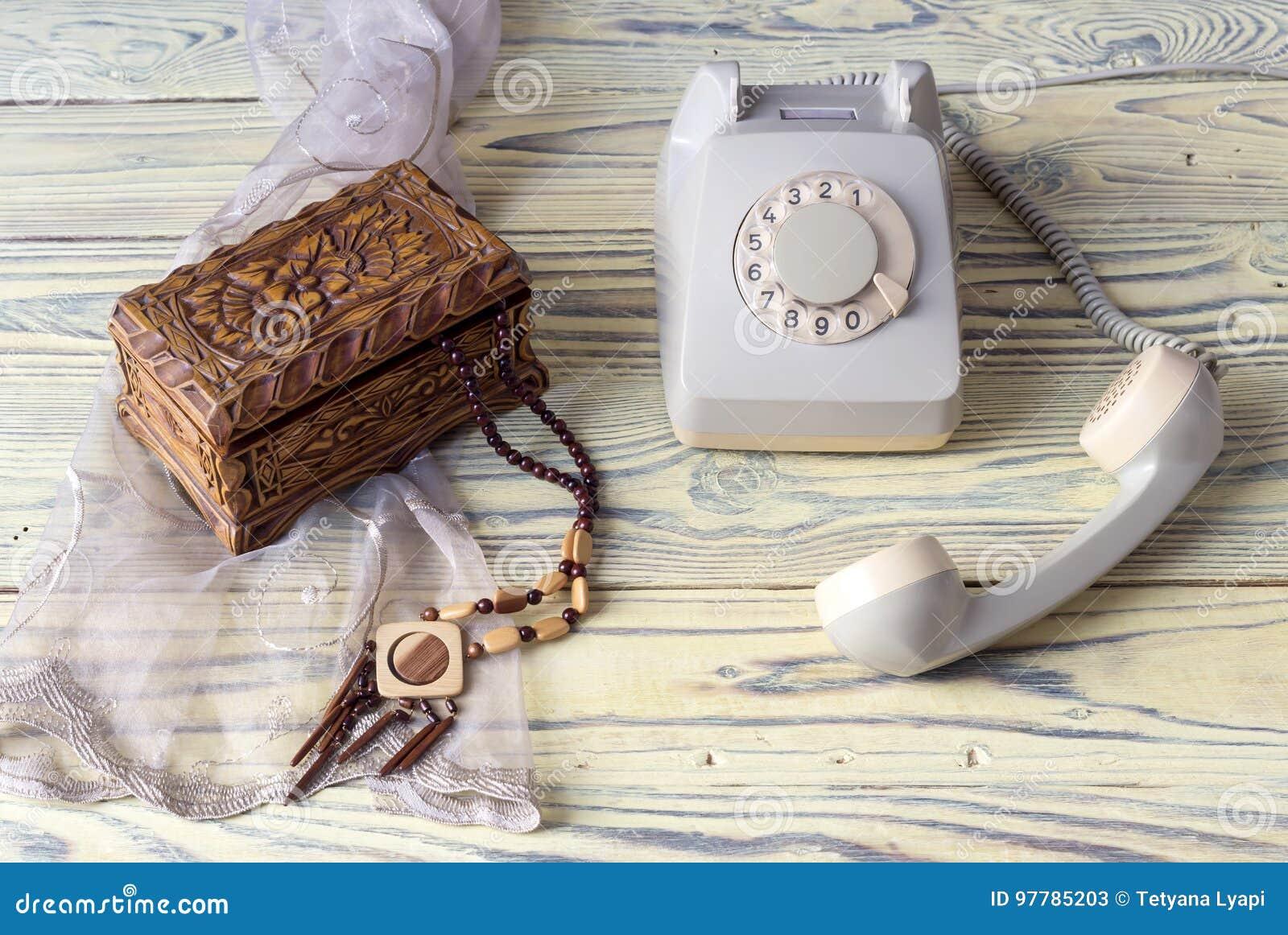 Ein altes Telefon auf einem Holztisch