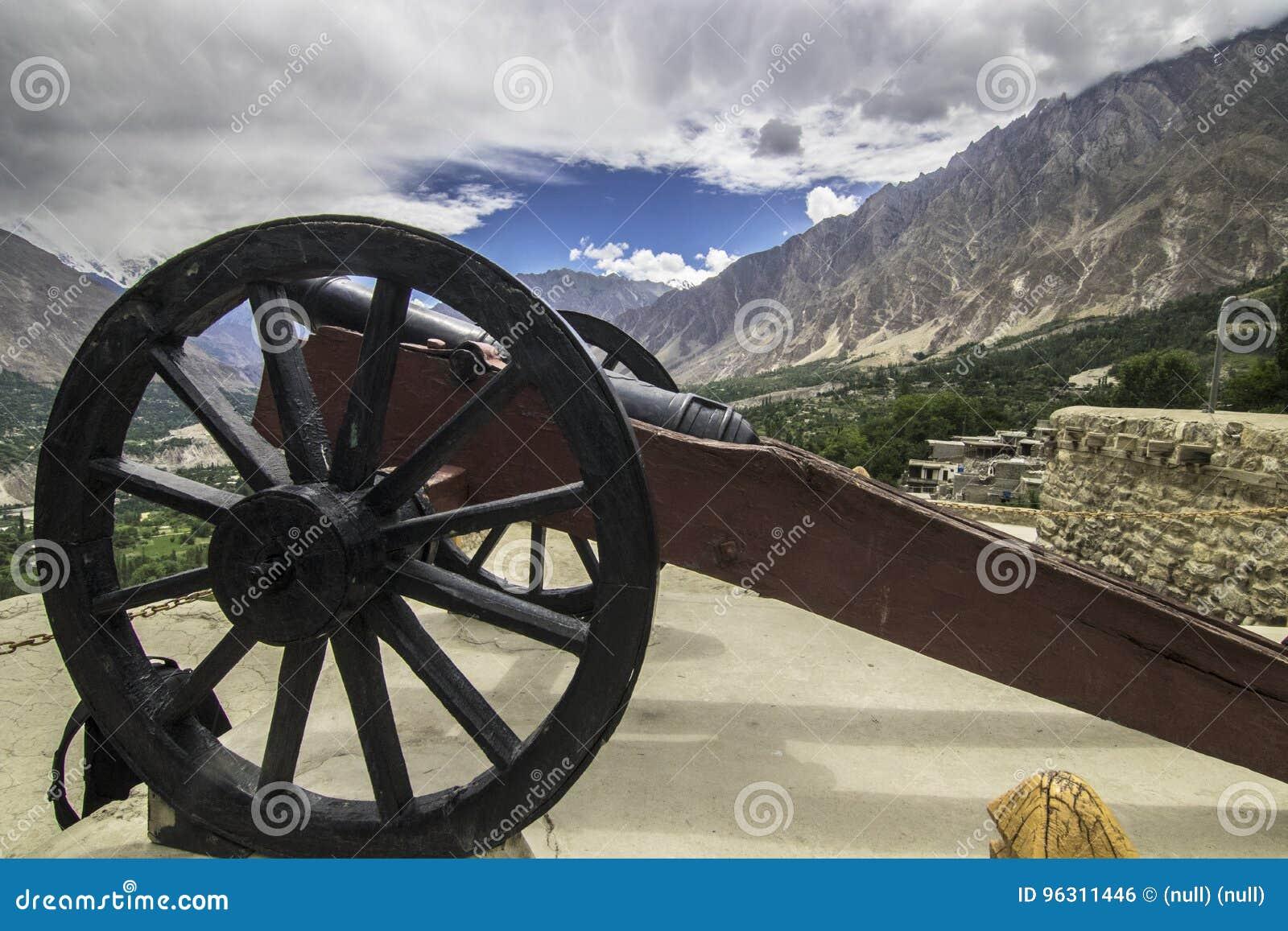 EIN antikes Kanonfeuer ist Plätze heraus mit Seiten versehen das baltit Fort, hunza pakistan