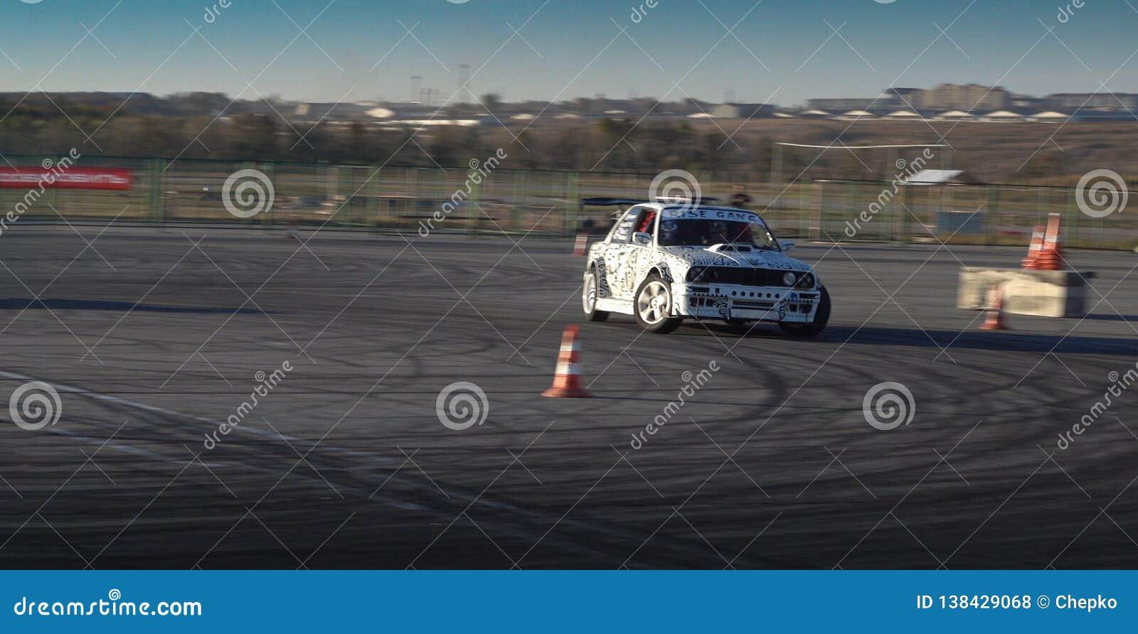Ein Antriebrennwagen in der Aktion mit rauchenden Reifen in der Show