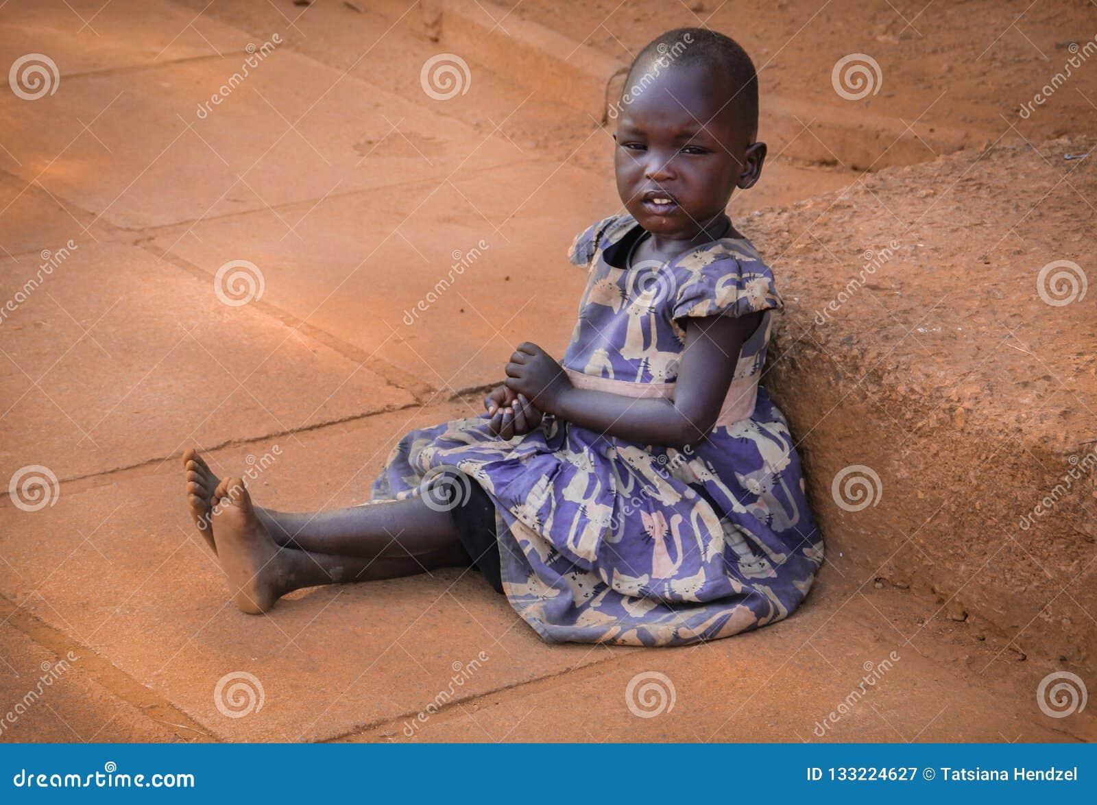 Ein armes afrikanisches Mädchen bittet um Almosen in der Hauptstadt Kampala