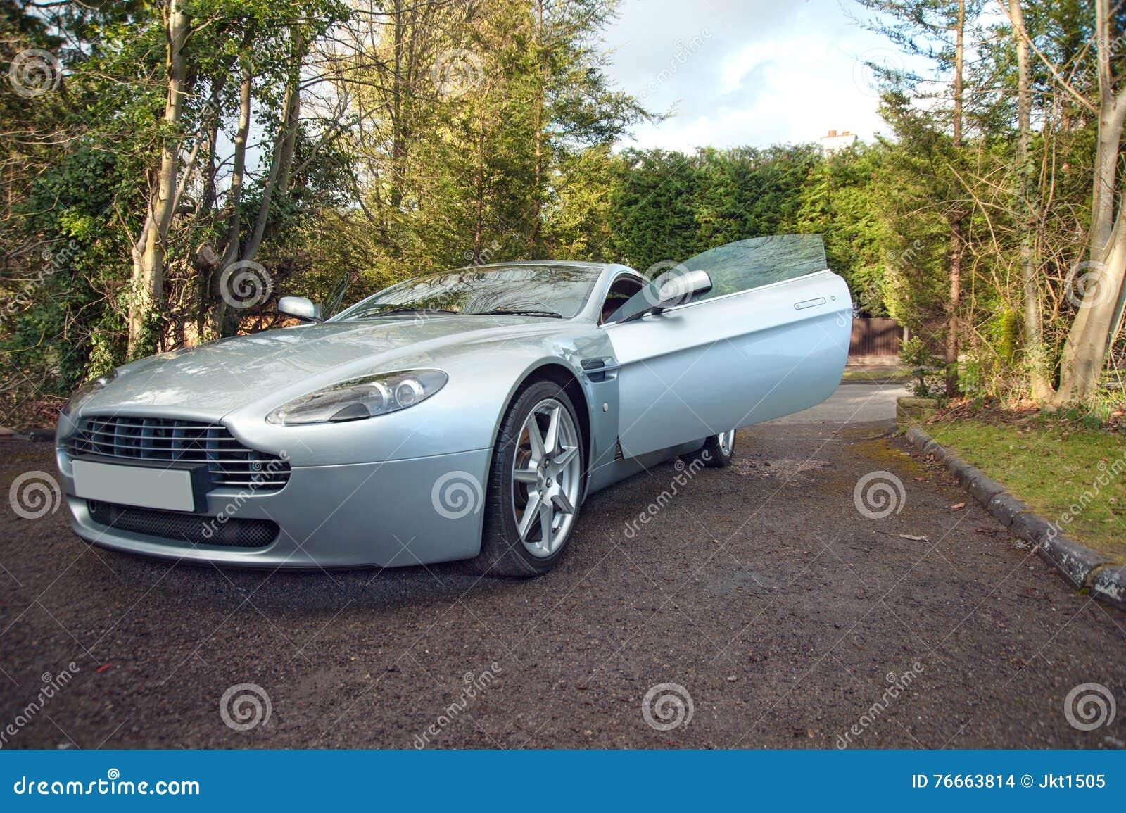 Ein Aston Martin Vantage English Grand Tourer Mit Der Tür Offen Stockfoto Bild Von Accelerate Maschine 76663814