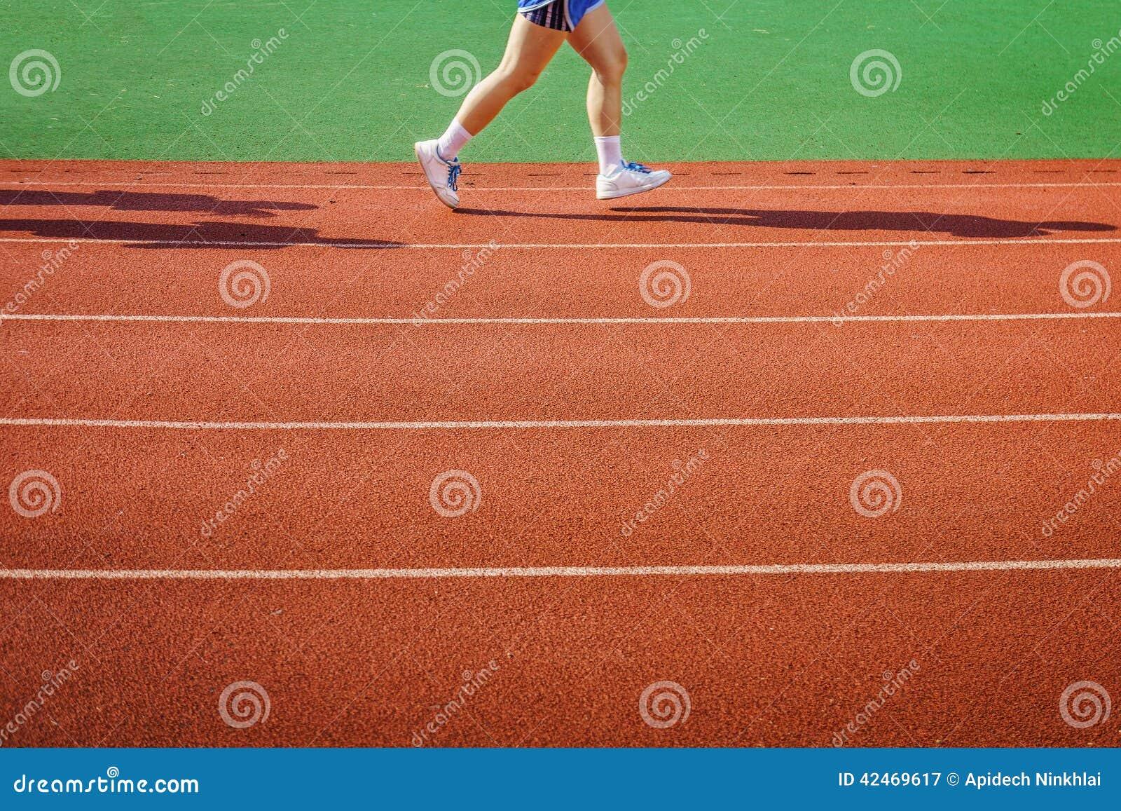 Ein Athlet läuft auf Rennbahn