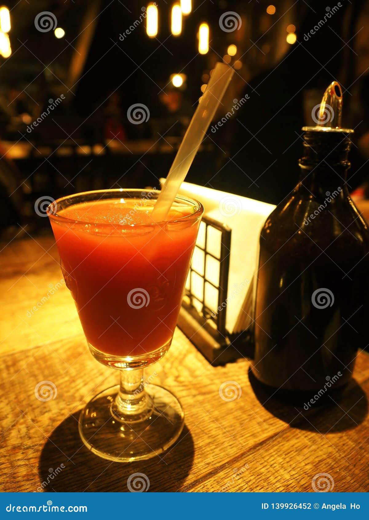 Ein Auffrischungserdbeerschlamm in einem Glas auf einem Weinleseholztisch in einem Restaurant