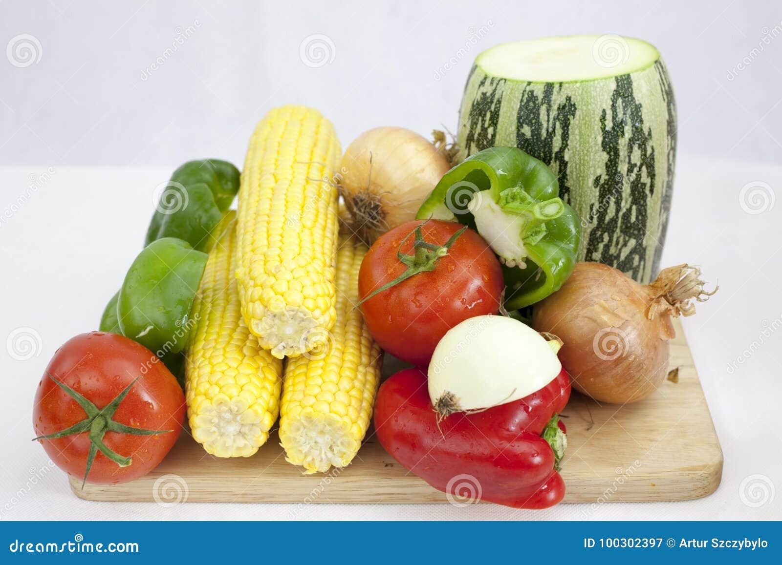 Ein Bündel Gemüse und Früchte einschließlich Tomate Zucchini, Zucchini, auf dem weißen Hintergrund