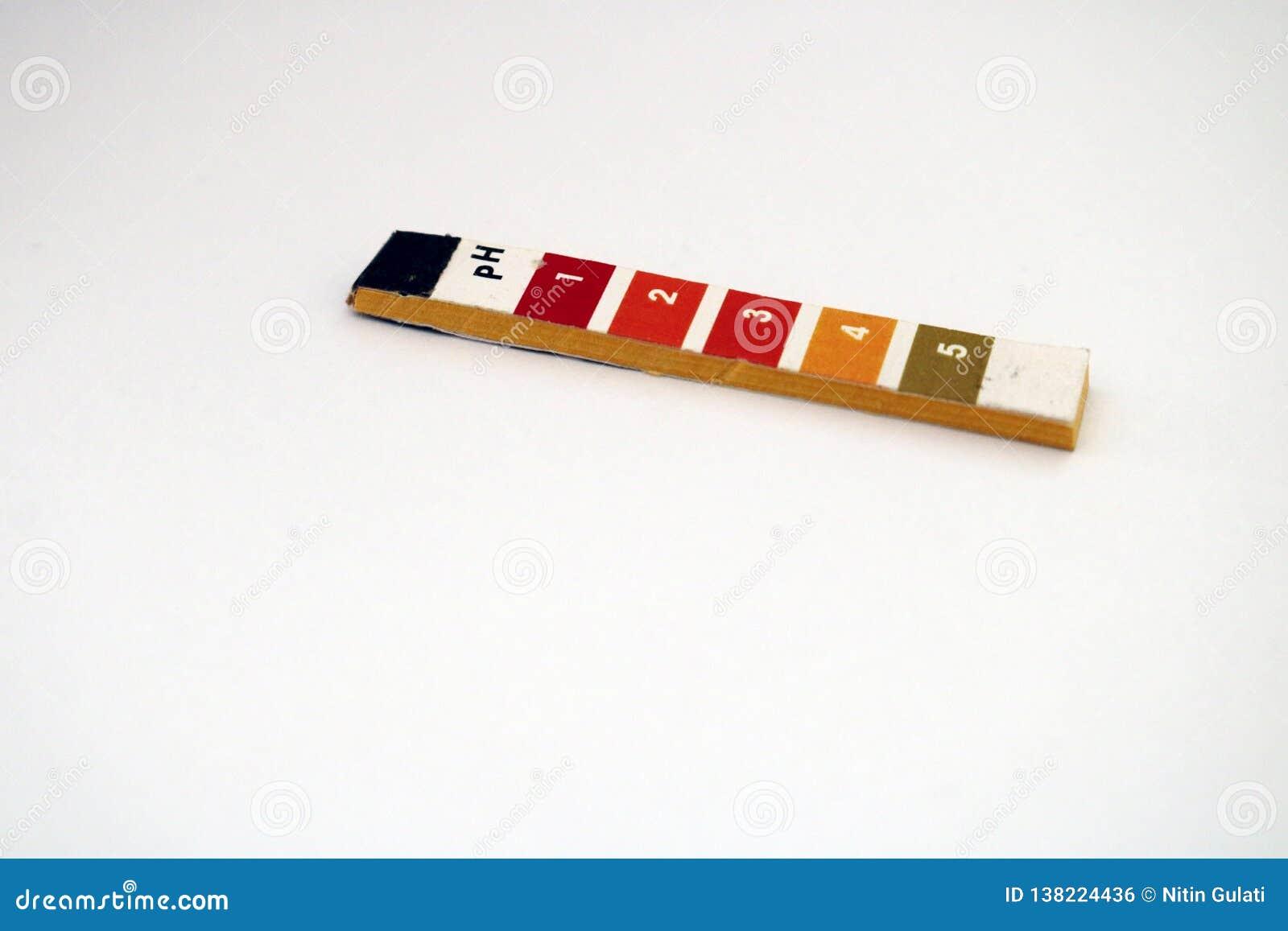 Ein Bündel pH-Lackmuspapier, das säurehaltige Markierungen anzeigt