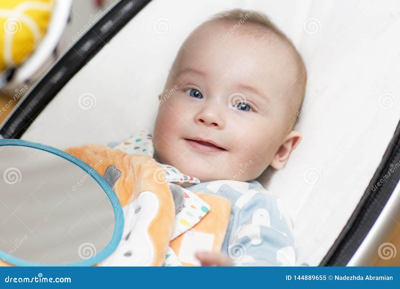 Ein Baby setzt im Schwingen