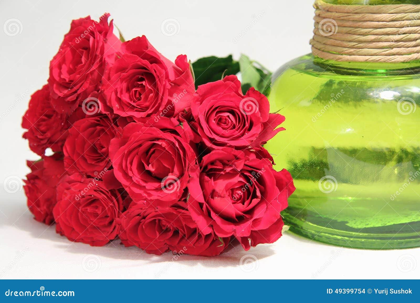 Ein Blumenstrauß von Rosen und von grünem Vase