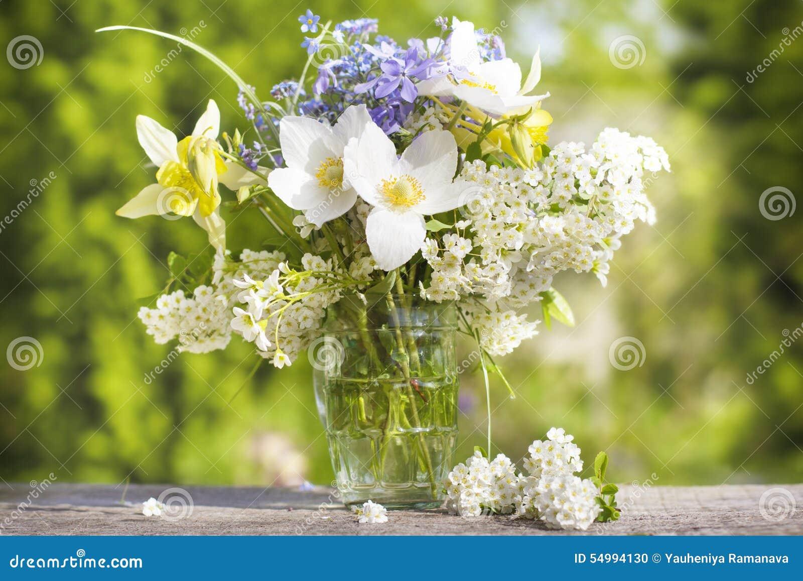 Ein Blumenstrauß von schönen Blumen gegen einen grünen Garten