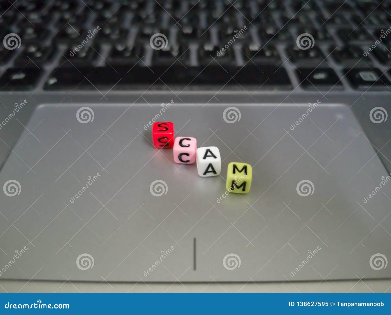 Ein Buchstabe blockiert die Formung eines Wortbetrugs Geschäfts- oder Technologiekonzept