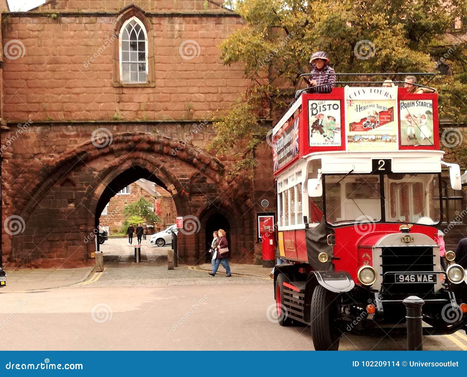 Ein Bus auf den Chester-Wänden
