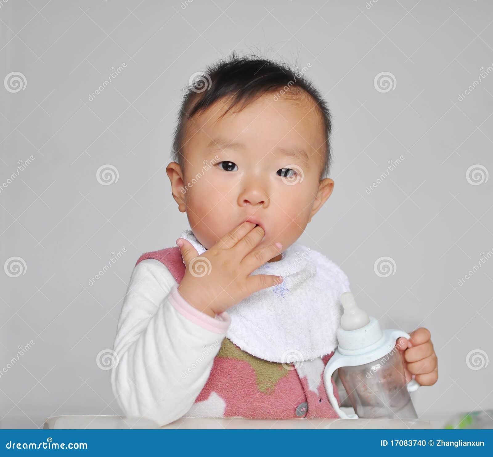 Ein chinesisches Schätzchen, das Finger saugt