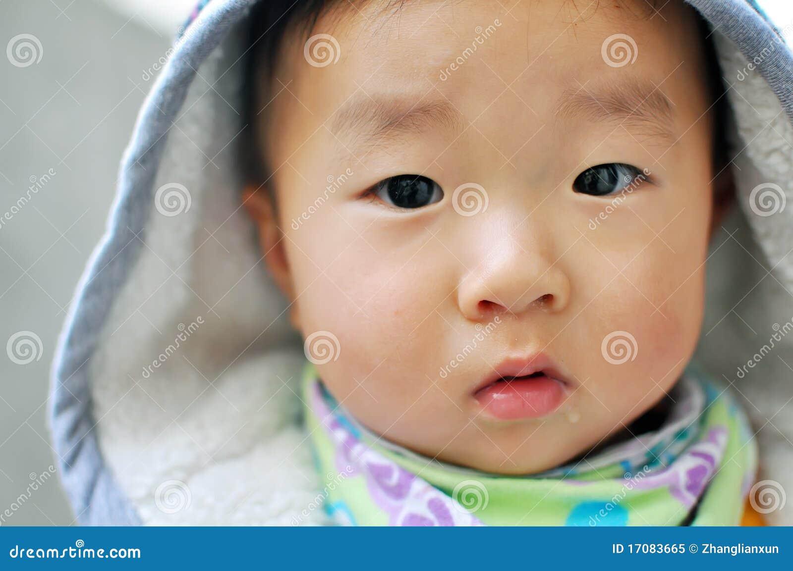 Ein chinesisches Schätzchen, das Kamera betrachtet