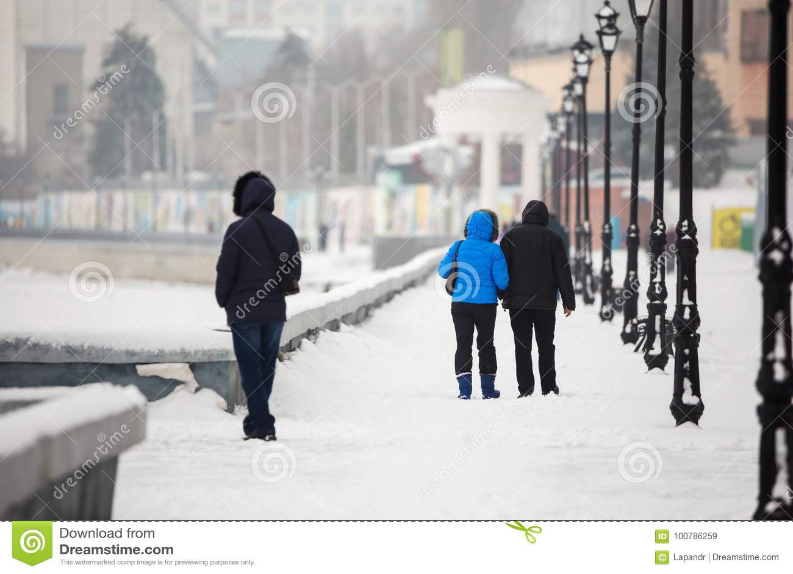 Ein Datum im Winter auf der Ufergegend Leute gehen in den Schnee auf der Straße Ein Paar in der Liebe