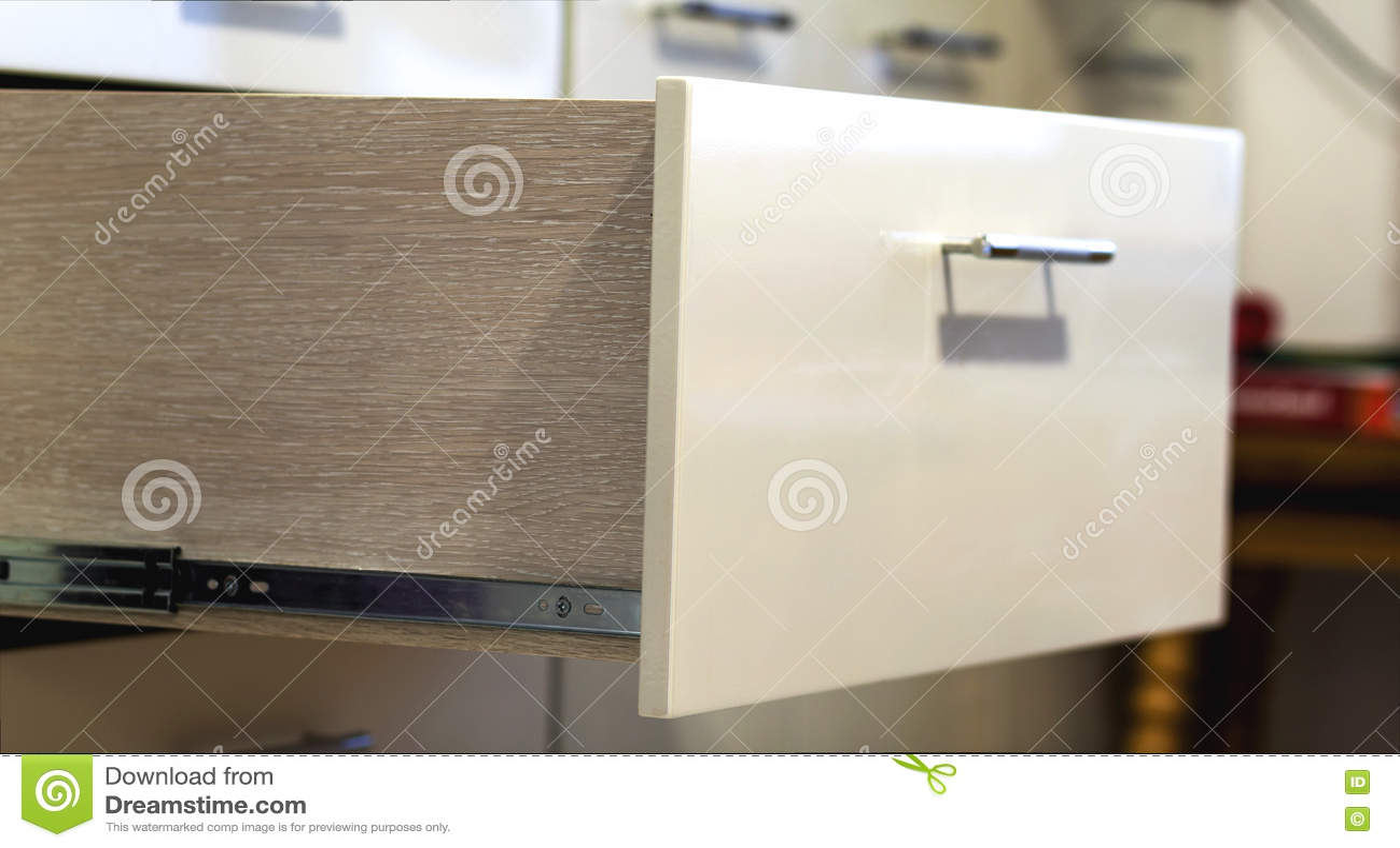 Ein Detailabschluß herauf Schuss eines lamellenförmig angeordneten stilvollen Küchenfaches