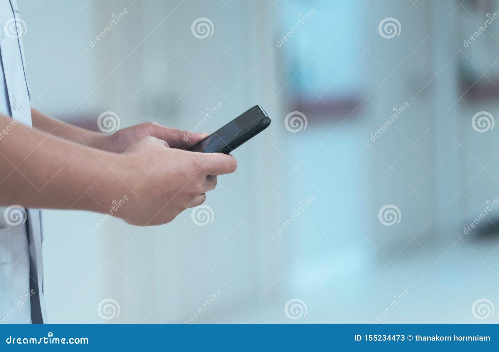 Ein Doktor benutzter Smartphone für Behandlung ein Patient