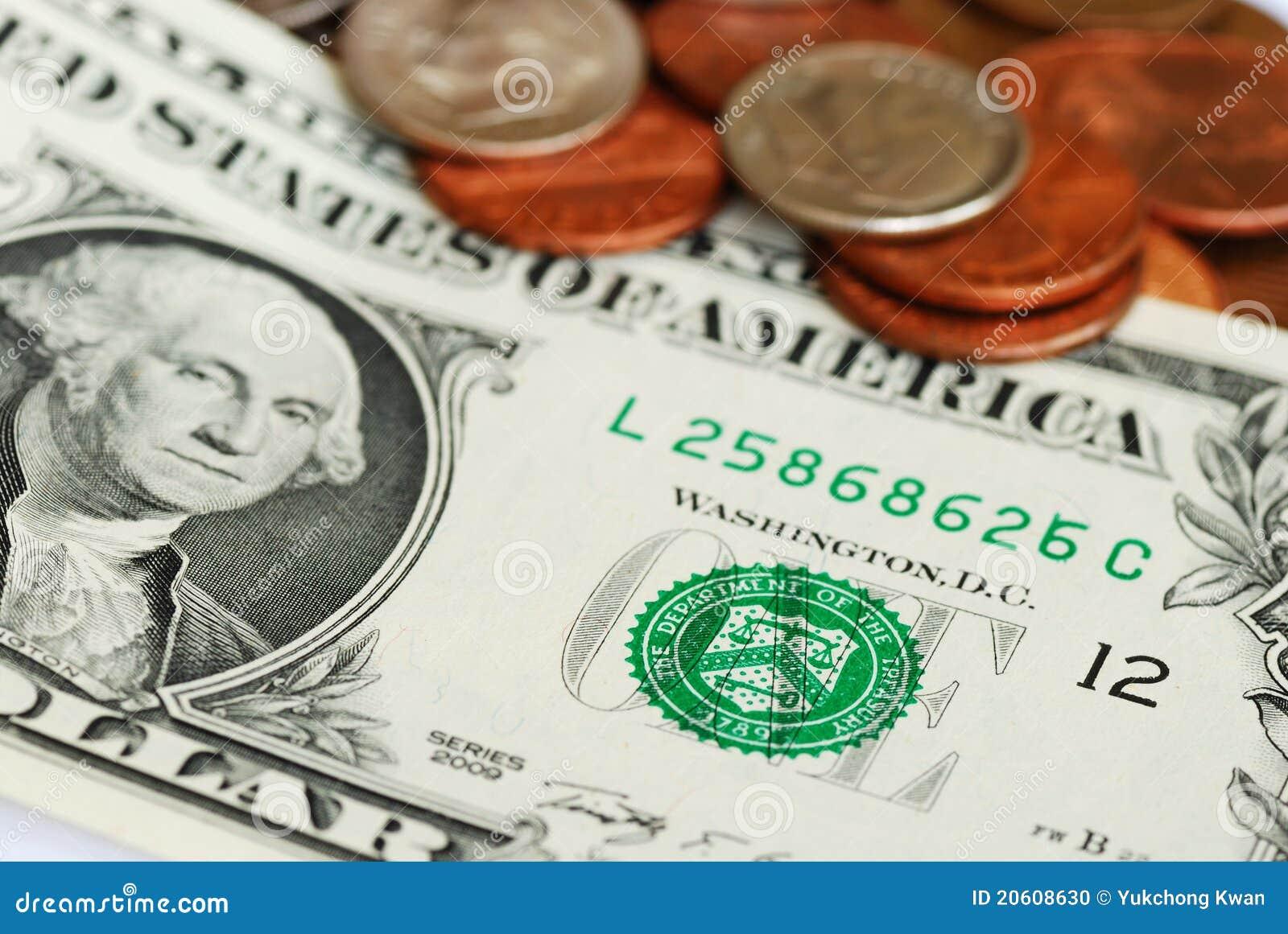 Ein Dollarschein und einige Münzen